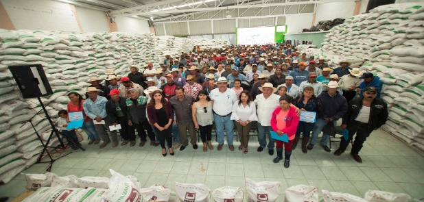 Benefician con aves, semillas y fertilizantes a pr